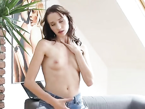 Teen In A Tee Shirt Masturbates Her Sexy Cunt